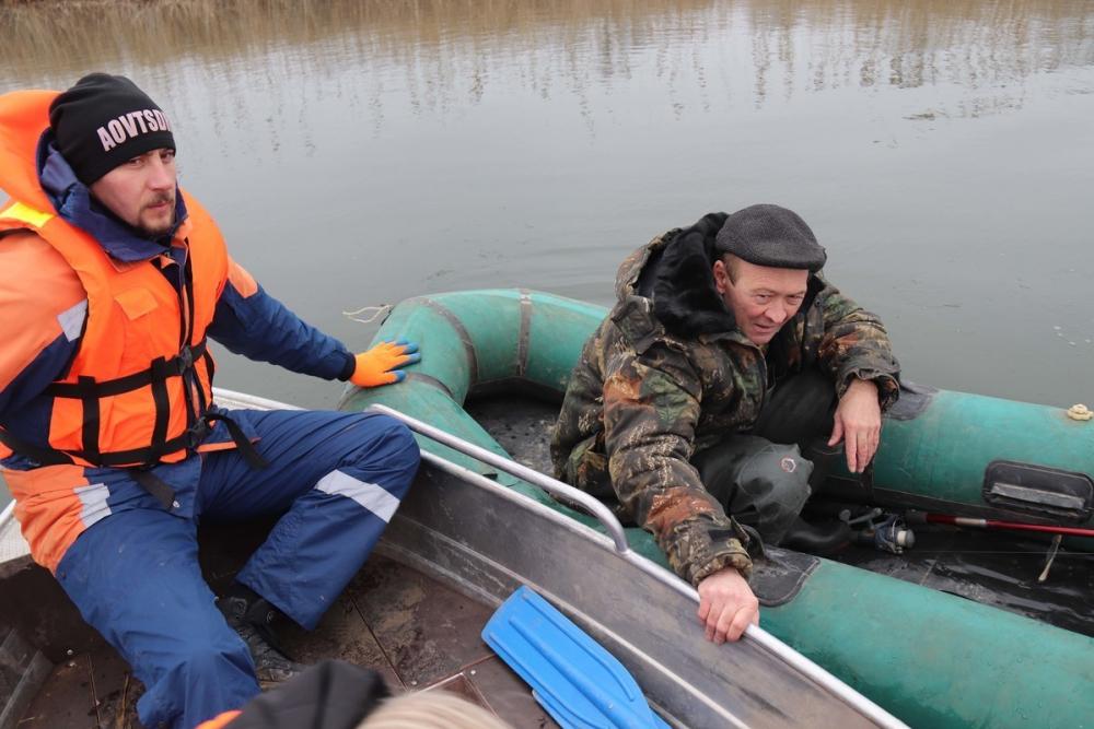 С любителями зимней ловли на Ставрополье проводят беседы спасатели