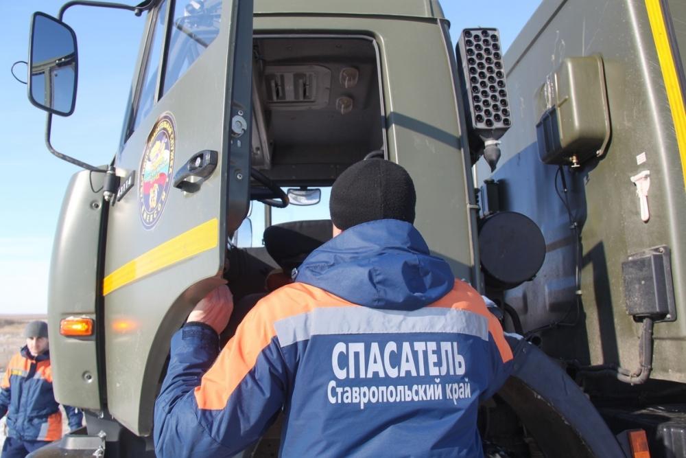 На Ставрополье спасатели ПАСС помогли семье, застрявшей на дороге
