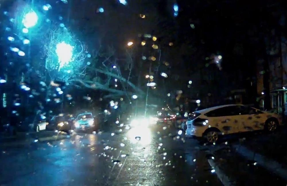 Очевидцы урагана засняли падение дерева на автомобили в Ставрополе