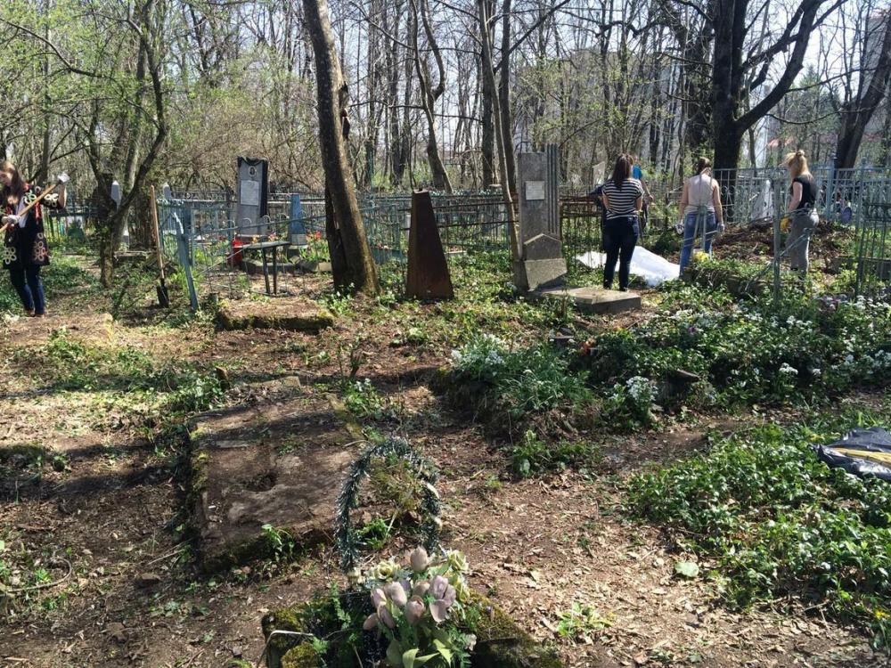 Могилы участников ВОВ зарастают мусором и травой на Даниловском кладбище в Ставрополе
