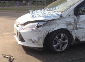 Две иномарки сильно покорежило в результате серьезного ДТП на проспекте Кулакова в Ставрополе
