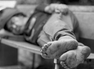 Бездомный украл золотую цепочку у женщины, пригласившей его в гости