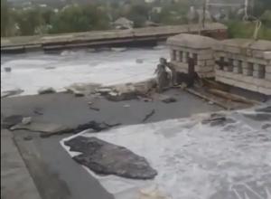 Целлофан и кирпичи использовали для ремонта крыш на Ставрополье