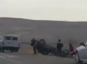 Девушка врезалась в ограждение и перевернула иномарку под Ставрополем