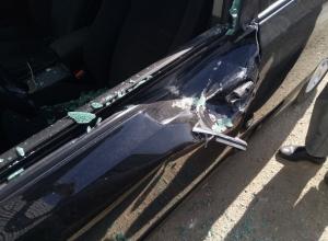 Сброшенный кирпич помял дверь и разбил стекло стоящей на платной парковке иномарки в Ставрополе