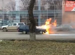 Попавшая в ДТП иномарка вспыхнула и сгорела в центре Пятигорске