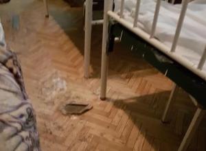Дыры в линолеуме и облупившаяся краска в детской больнице возмущают жительницу Пятигорска