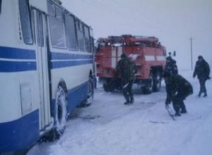 Рейсовый автобус вылетел в кювет на скользкой дороге Ставрополья