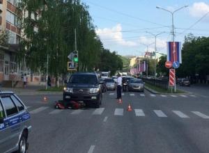 Скутерист без прав попал под колеса внедорожника на Ставрополье