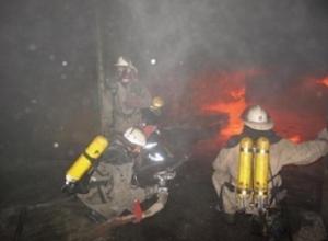 Огонь почти уничтожил автомобиль ночью в Ставрополе