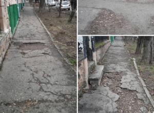 Разбитым тротуаром с ямами и грязью по пути в детсад возмутились пятигорчане