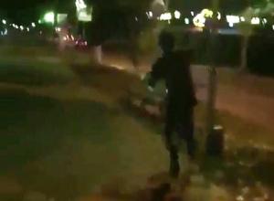 Молодой вандал с разбега ломал фонари и попал на видео в Минеральных Водах
