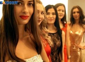 Этап в вечерних платьях: участницы «Мисс Блокнот» рассказали о взглядах на жизнь и ответили на вопросы из школьной программы