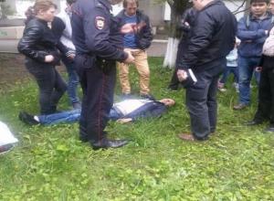 Бригада «скорой помощи» равнодушно прошла мимо лежавшего без сознания мужчины в Ставрополе, - очевидцы