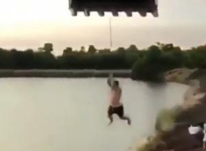 «Деревенский экстрим»: эффектный трюк на «тарзанке» с трактором рассмешил жителей Ставрополья