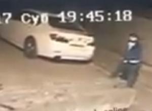 Неадекватный прохожий разбил камнем припаркованную иномарку в Пятигорске