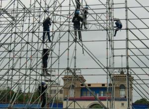 Осыпавшийся фасад Западной трибуны на «Динамо» завесят баннерами во время «Студенческой весны» в Ставрополе