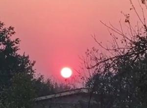 Странное кроваво-красное солнце на оранжевом небе напугало жителей Ставрополья