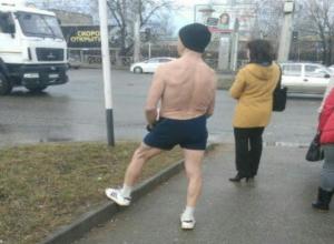 Полуголый мужчина бодро шагал перед машинами в северо-западном районе Ставрополя