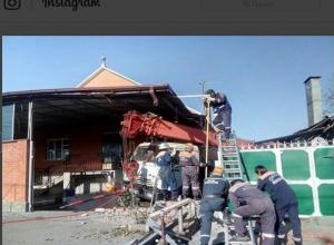 У массивного грузовика отказал ручной тормоз и он протаранил жилой дом на Ставрополье