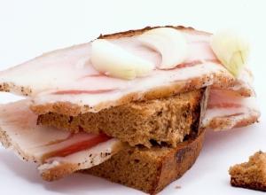 Хлебом и салом бесплатно накормят ставропольцев у здания краевого правительства