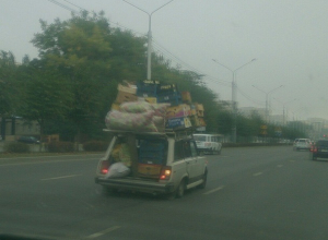 Перегруженная «четверка» потеряла мешок с овощами на дороге и рассмешила жителей Ставрополя