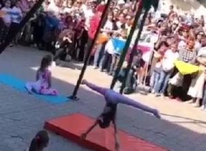 Чудеса воздушной гимнастики показала маленькая спортсменка прямо на улице в Кисловодске