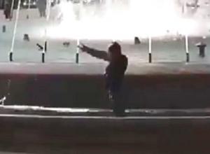 Курьезное ныряние в фонтан странного мужчины попало на видео в Кисловодске