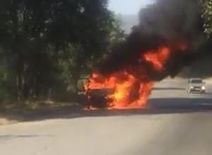 Охваченная пламенем маршрутка под Ставрополем попала на видео