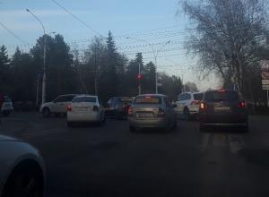 Автохам на белой иномарке ехал по «встречке» на перекрестке в Ставрополе