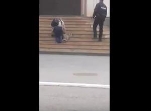 Ползущий в отделение полиции МинВод инвалид попал на видео