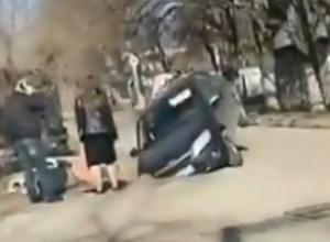 Иномарка  провалилась в разрытую канаву на дороге в Пятигорске