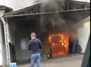 Иномарка сгорела в автомастерской и попала на видео в Пятигорске