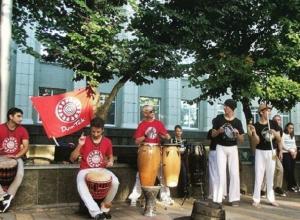 Группа барабанщиков поразила этнической музыкой жителей Ставрополя и попала на видео