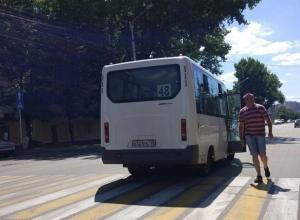 Обматеривший девушку-водителя и  показавший неприличные жесты  водитель маршрутки в Ставрополе вызвал негодование горожан