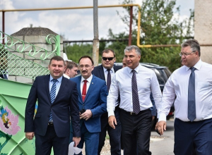 Потрепанный ураганом Зеленокумск посетил полпред президента в СКФО Александр Матовников