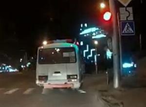 Водитель маршрутного автобуса нагло проехал на красный в Ставрополе