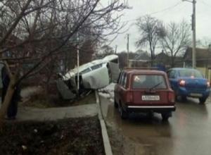 Белая «легковушка» вылетела с дороги и перевернулась на Ставрополье