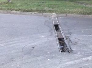 «Открытая ливневка посреди дороги, десятки машин остались без колес», - водители из Ставрополя