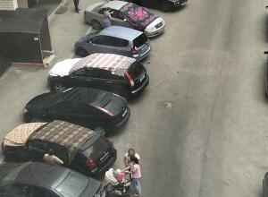 Переполненные парковки и накрытые машины: Ставрополь готовится к граду