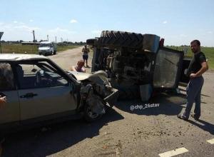 Трактор перевернулся после жесткого ДТП с «девяткой» на Ставрополье