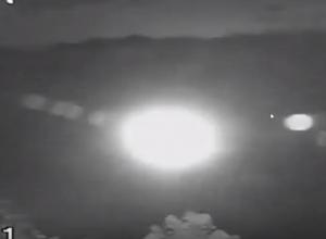 Загадочный светящийся шар попал ночью в объектив камеры видеонаблюдения на Ставрополье