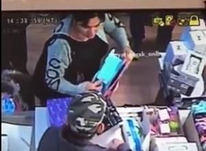 Ловкий трюк мошенницы с исчезновением пятитысячной купюры под носом у продавца попал на видео в Пятигорске