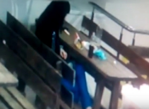 Хитрая девушка подсела к незнакомым парням в кафе и обокрала их в Ставрополе