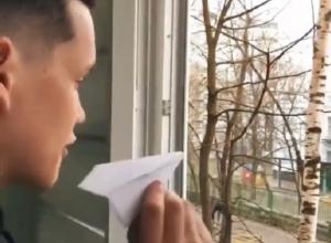 Бумажные самолетики из окон своих домов запустили ставропольчане