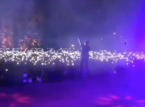 Тысячи зрителей устроили «шоу огней» на концерте Сергея Лазарева в Ставрополе