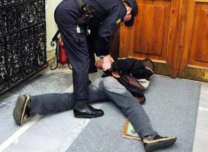 Начальник районного угрозыска и его подчиненный незаконно удерживали двух мужчин на Ставрополье