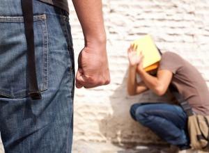 Двое наглых подростков почти год вымогали деньги у 19-летнего парня на Ставрополье