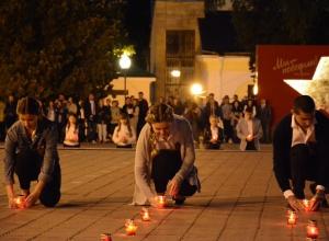 Сотни свечей зажгли в память о Великой Победе у мемориала в Ставрополе