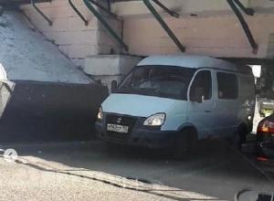 «Не Яшкин мост, а Ешкин кот»: «Газель» застряла под знаменитым мостом в Пятигорске